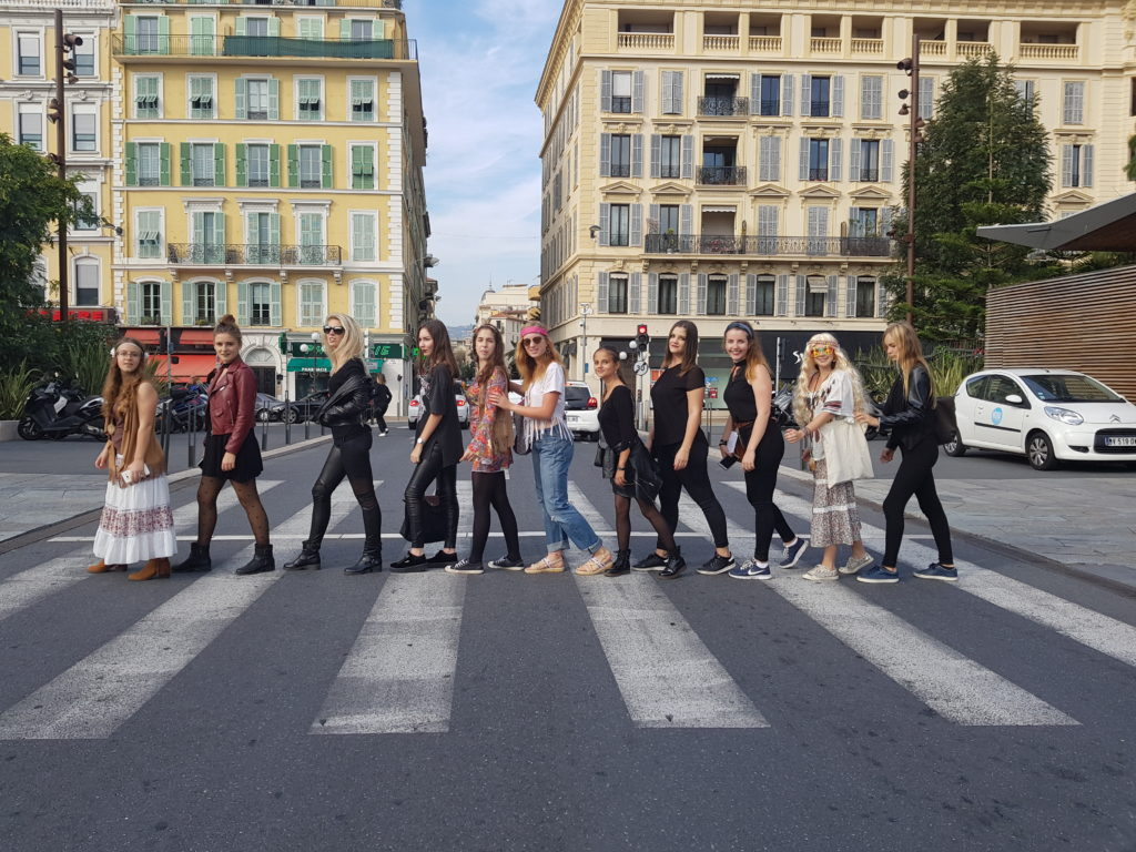 Cours-diderot-formations-superieures-bts-bachelor-master-lille-paris-toulouse-lyon-montpellier-marseille-aix-en-provence-nice-etudiants-photo-welcome-day-deguisements-beatles-passage-pieton